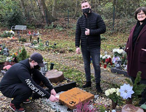 Teenager Odor gestaltet das Grab seines Vaters